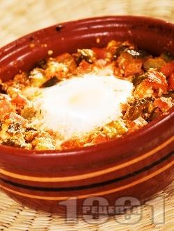 Гювече с кренвирши, кисели краставички сирене и яйце на фурна - снимка на рецептата